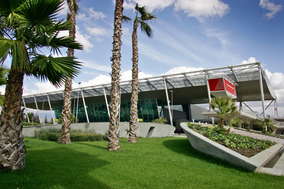 Terminale Partenze ed Arrivi all'Aeroporto Madre Teresa a Rinas, Tirana.
