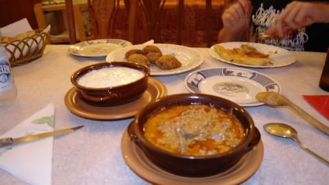 Cena tipica in un ristorante di piatti esclusivamente tipici del posto.
