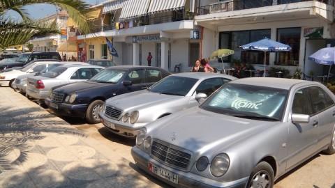 Parcheggio di macchine esclusive in Albania.