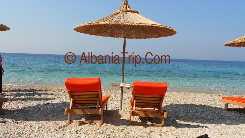 Ombrellone sulla riva della spiaggia di Llamani